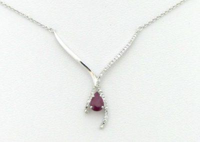 Collier en or blanc motif rubis et diamants