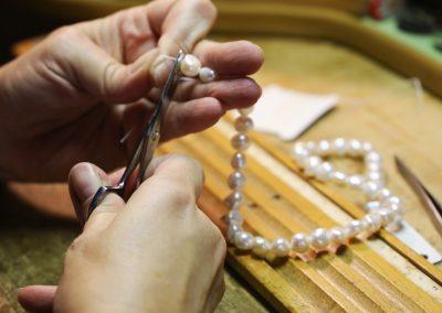 Enfilage d'un collier de perles de culture
