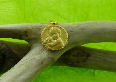 Médaille en or jaune ronde enfant et agneau bijouterie sens