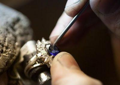 Réparation d'une griffe de bague saphir bijouterie sens