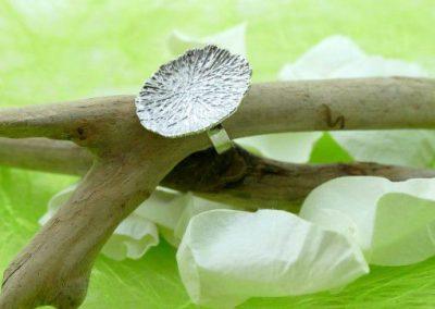 Bague en or blanc 18k en forme de feuille bijouterie lamalle sens