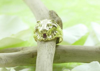 Bague en or tête de lion et rubis